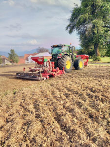 Das Gras wird auf dem Festgelände Aargauer Kantonalschwingfest 2020 Beinwil/Freiamt gesät.